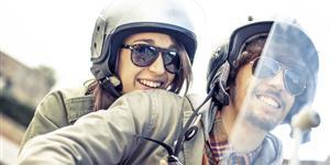 Bild: Paar auf dem Roller