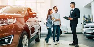 Bild: Paar, jung, Auto, Autokauf, Verkäufer, Neuwagen, glücklich, Beratung