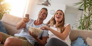 Bild: Paar, jung, Sofa, Popcorn, Film, TV, Streaming, Wohunung, Wohnzimmer