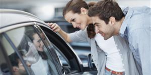 Bild: Paar kauft Auto