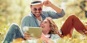 Bild: Paar, lächelnd, Park, Outdoor, Wiese, Mobiles Internet, Tablet, Frühling
