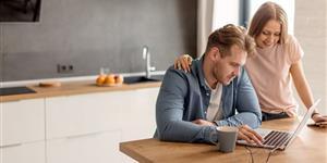 Bild: Paar, Mann, Frau, Laptop, Zuhause, Küche, suchend