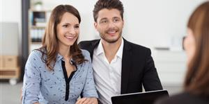 Bild: Paar mit Finanzberater