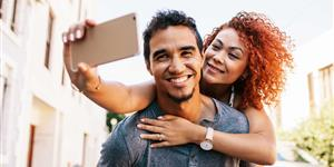 Bild: Paar schießt Selfie mit Smartphone