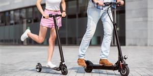Bild: Pärchen auf E-Scootern