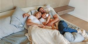 Bild: Schlafzimmer: Familie mit Smartphone