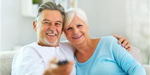 Bild: Senioren-Paar auf Couch mit Fernbedienung