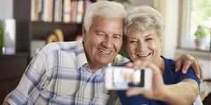 Bild: Senioren-Paar macht ein Selfie
