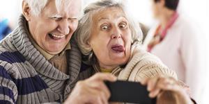 Bild: Seniorenpaar macht albernes Selfie