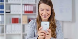 Bild: Smartphone am Arbeitsplatz