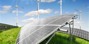 Bild: Solarkollektoren und Windkraftanlagen