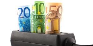 Bild: Steckerleiste mit Geldscheinen