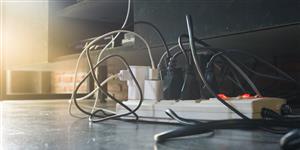 Bild: Steckerleiste mit Kabelsalat