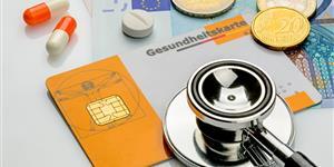 Bild: Stethoskop mit Gesundheitskarte und Geldscheinen