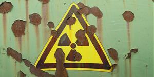 Bild: Strahlungswarnung auf verrostetem Behälter