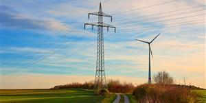 Bild: Strommast und Windrad