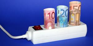 Bild: Stromsteckleiste mit Euroscheinen