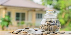 Bild: Symbolfoto Baufinanzierung mit Geldmünzen vor Haus