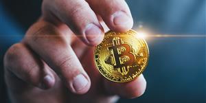 Bild: Symbolfoto: Hand mit Bitcoin
