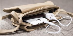 Bild: Tasche mit Handy und Akku-Pack