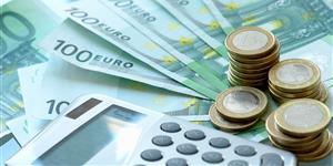 Bild: Taschenrechner, Geldscheine, Euromünzen