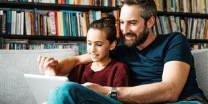 Bild: Vater und Tochter mit Tablet