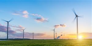 Bild: Windpark mit Kohlekraftwerk